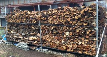 ほぼ満杯の薪棚